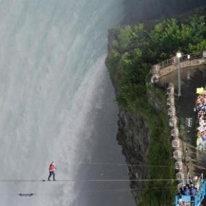 O equilibrista norte-americano Nik Wallenda atravessa as cataratas do Niágara, no Canadá,<br>na corda bamba, sob os olhares de curiosos
