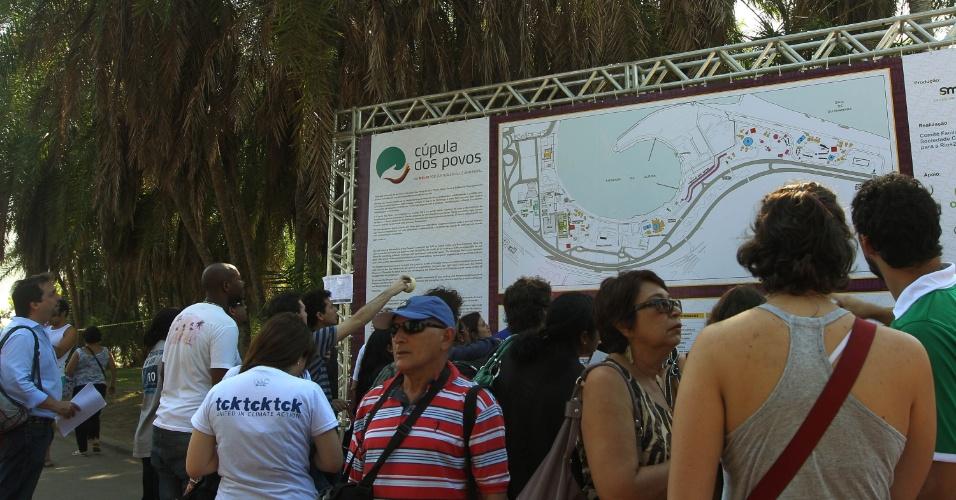 16.jun.2012 - Organização da Cúpula dos Povos, um dos maiores eventos paralelos da Rio+20, instala dois painéis com mapa do evento. Não há mapas individuais aos participantes