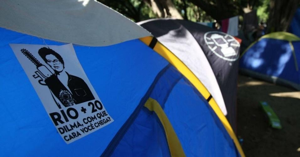 16.jun.2012 - Panfleto contra a presidente Dilma Rousseff é colado em barraca durante Cúpula dos Povos, um dos maiores eventos paralelos da Rio+20, Conferência da ONU sobre Desenvolvimento Sustentável. A presidente foi alvo de críticas após vetar parcialmente o texto do Código Florestal