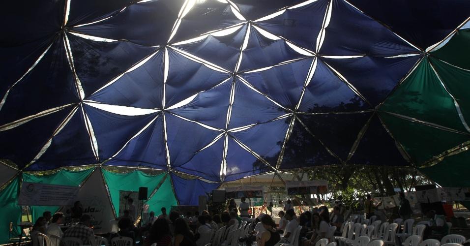 16.jun.2012 - Tendas com discussões marcam o segundo dia da Cúpula dos Povos, um dos maiores eventos paralelos da Rio+20, Conferência da ONU sobre Desenvolvimento Sustentável