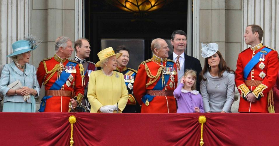A família real britânica se reúne nas comemorações do aniversário da rainha Elizabeth II no Palácio de Buckingham, em Londres. O evento marca a primeira aparição pública do príncipe Philip, que ficou internado para tratar de uma infecção na bexiga