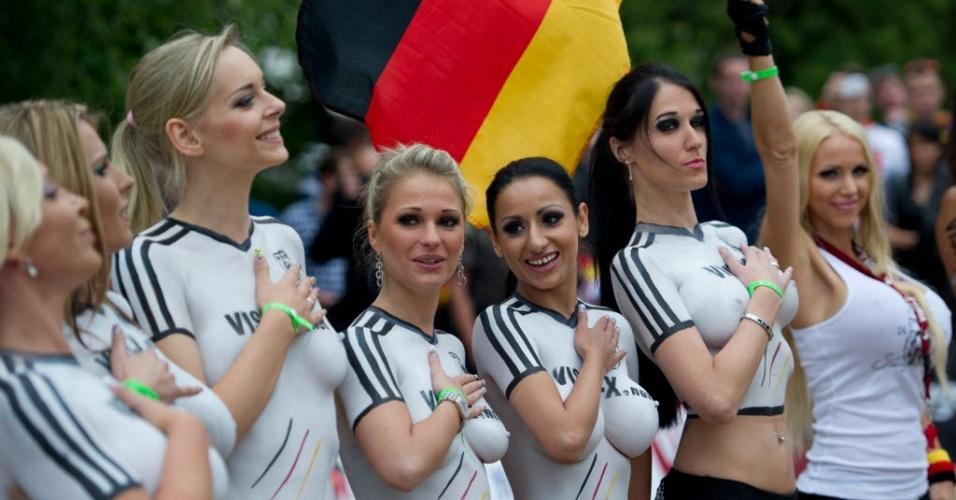 Com o corpo pintado, atrizes pornôs alemãs antes de jogo contra a Dinamarca neste sábado