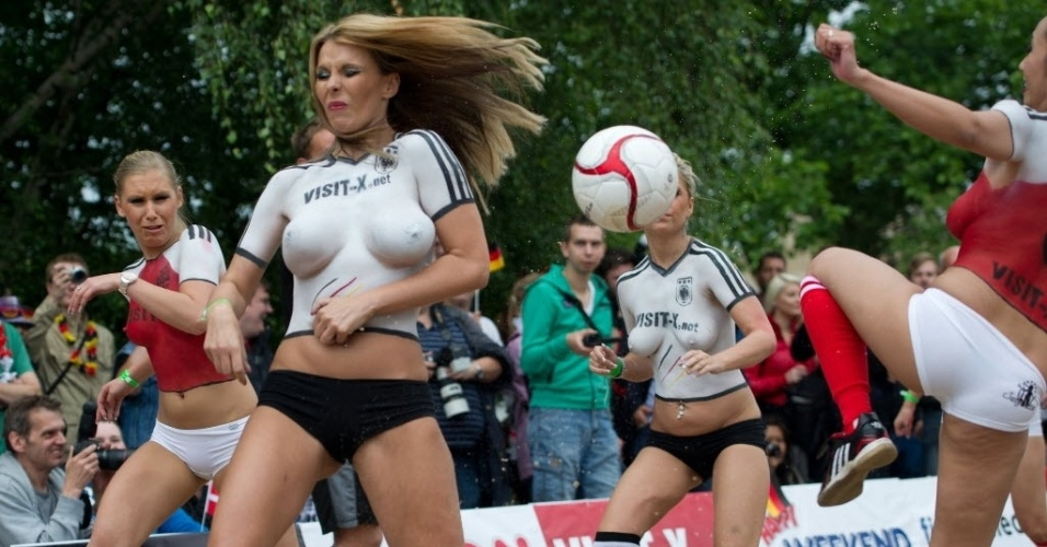 Com o corpo pintado, atrizes pornôs da Alemanha e Dinamarca jogam futebol em Berlim. A partida antecipou duelo entre os países na Euro