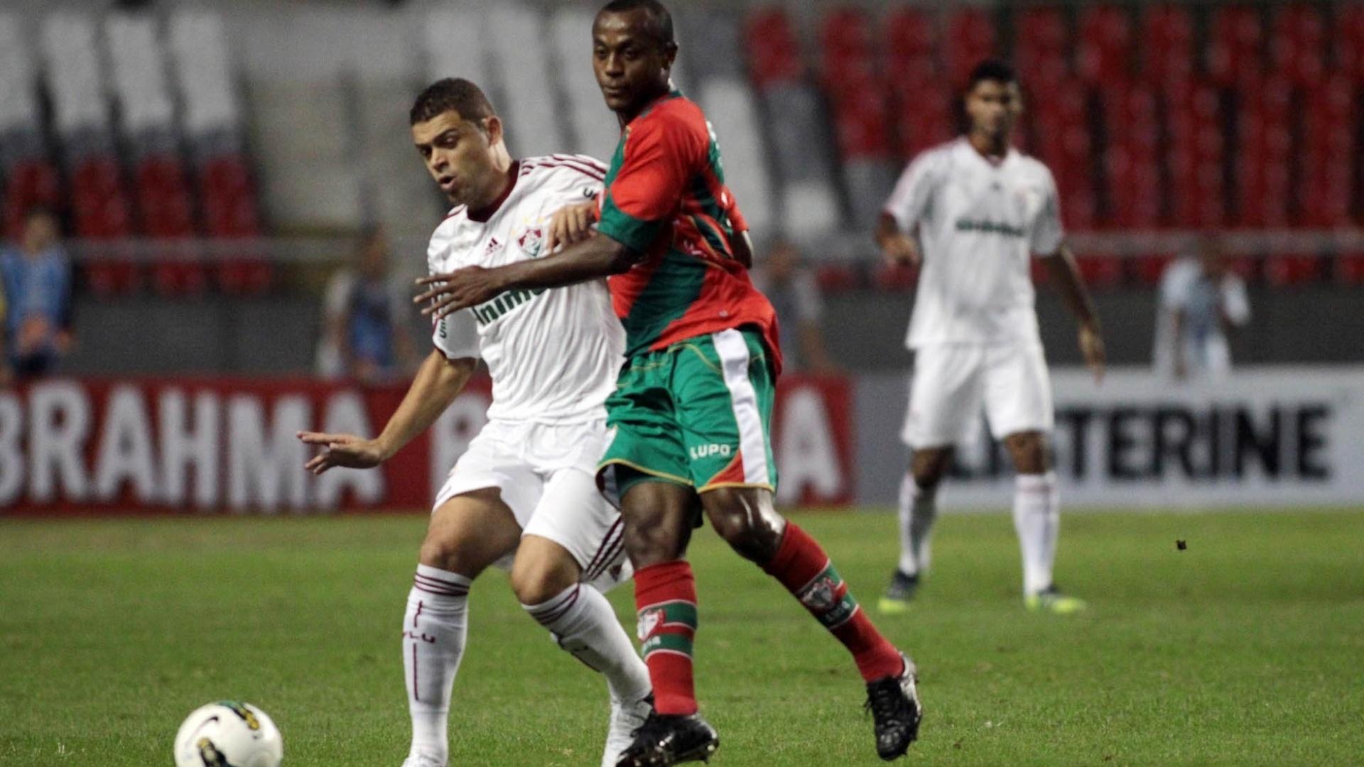 Edinho tenta dominar a bola sob marcação de defensor da Portuguesa
