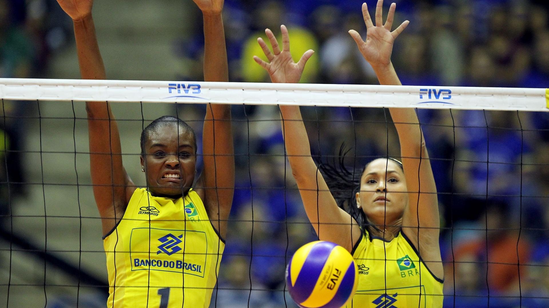 Fabiana e Jaqueline saltam para bloqueio no jogo contra a Itália, pelo Grand Prix