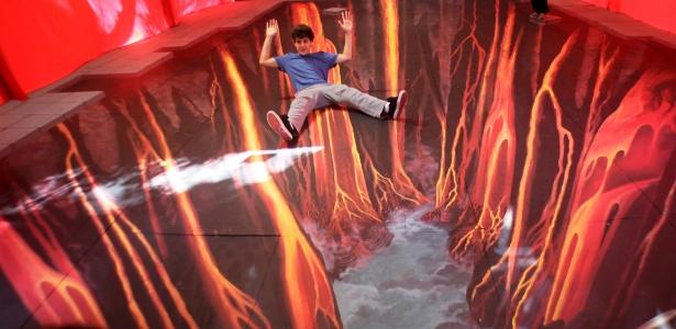 Garoto brinca em instalação do artista alemão Edgard Müeller na USP (16/6/12) - Fernando Donasci/UOL