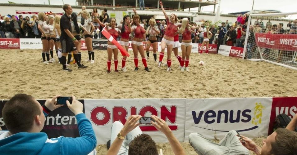 Homens fotografam duelo entre atrizes pornôs dinamarquesas e alemãs. O jogo vencido por 13 a 1 para Dinamarca antecipou partida da Euro que será disputada no domingo