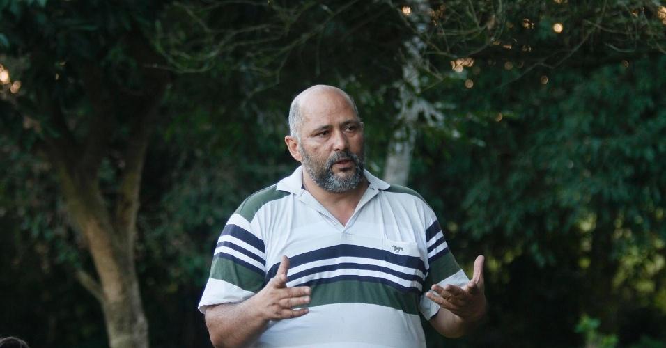 16.jun.2012 - José Miguel da Silva,  diretor do Comitê de Bacia Hidrográfica da Baia de Guanabara, conversa com jornalistas, pesquisadores e ambientalistas em áreas de conflitos ambientais
