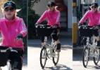 Madonna passeia de bicicleta por Florença durante descanso da turnê - AFP PHOTO / Claudio Giovannini