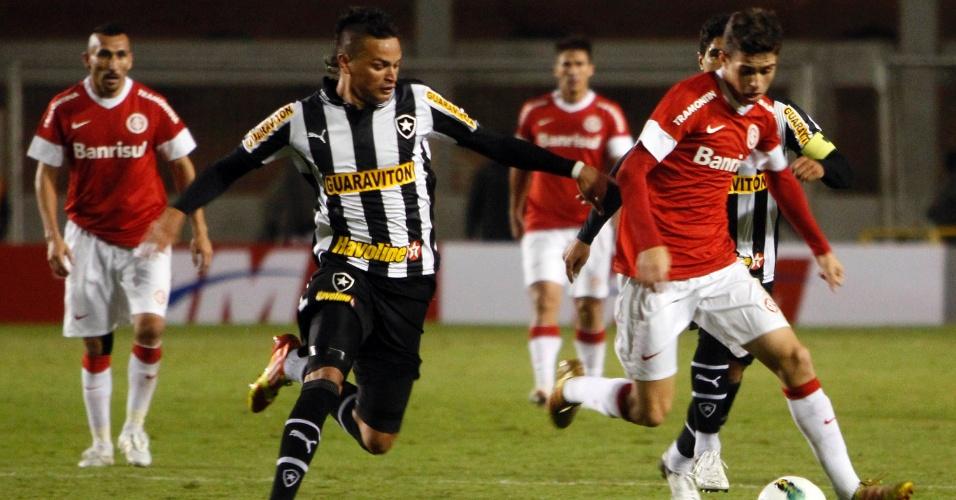 Meia Oscar do Inter é marcado Fábio Ferreira do Botafogo em partida realizada no estádio Beira-Rio (16/06/2012)