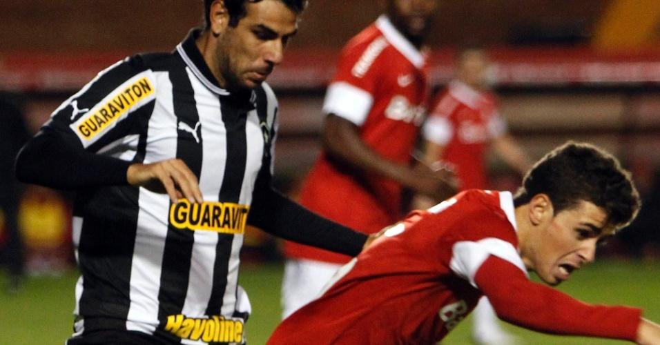 Meio-campo Oscar tenta escapar da marcação de Herrera em jogo deste sábado