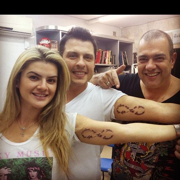 """Mirella Santos postou no Twitter uma foto sua com o marido, o humorista Ceará após fazerem uma tatuagem idêntica juntos. """"Eu, Love @oceara e @ledstattoo agora com nossa nova tattoo. I Love My life, because my life is you!!!"""", escreveu a modelo (16/6/12)"""
