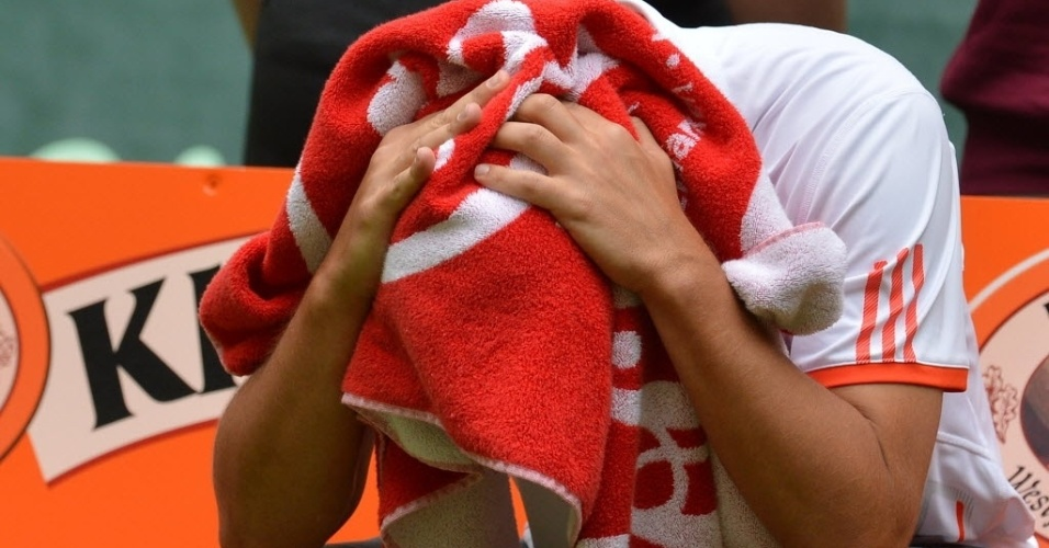O russo Mikhail Youzhny lamenta derrota para Roger Federer