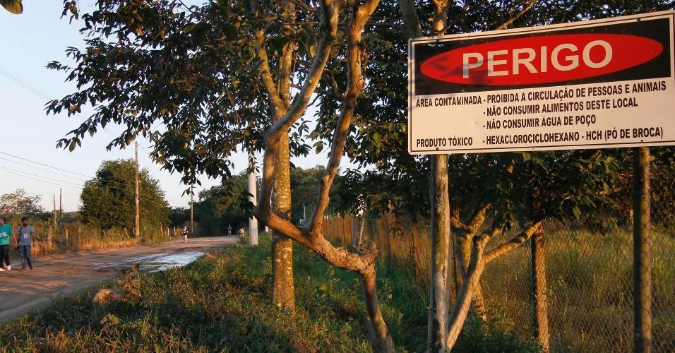 """16.jun.2012 - Placa identifica área contaminada onde eram depositado """"pó de broca"""""""