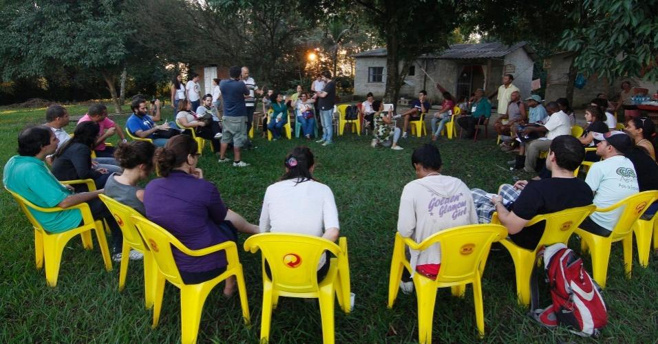 16.jun.2012 - Roda de jornalistas, pesquisadores e ambientalista é formada para conversa com moradores representantes de 550 famílias que moram em localidade contaminada