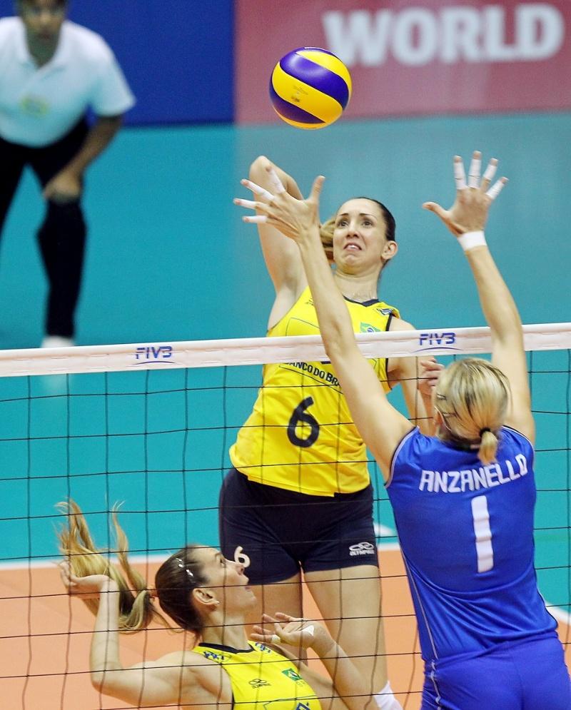 Thaísa, meio de rede da seleção brasileira, ataca contra bloqueio simples de Anzanello, da Itália