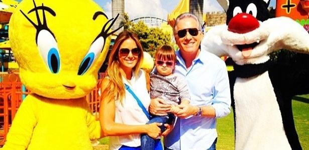 Ticiane Pinheiro postou no Twitter uma foto com a filha Rafaela e o marido Roberto Justus comemorando seu aniversário: