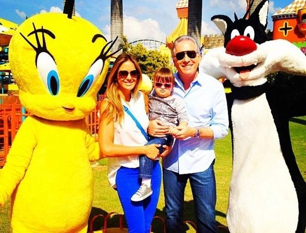 """Ticiane Pinheiro postou no Twitter uma foto com a filha Rafaela e o marido Roberto Justus comemorando seu aniversário: """"Comemorando meu aniversário com Meus Amores Rafa e @Robertoljustus no hopihari !!! AMO!!!"""", escreveu a apresentadora"""