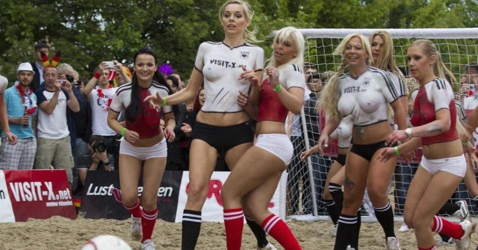 Uma produtora de filmes pornográficos reuniu 22 atrizes pornôs para um jogo entre Alemanha e Dinamarca. A partida ocorreu um dia antes de duelo entre os países na Euro