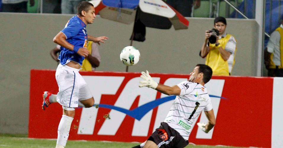 Wellington Paulista diante do goleiro Wilson, do Figueirense (16/6/2012)