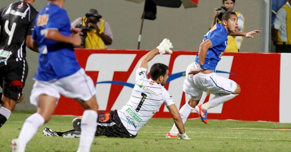 Wellington Paulista toca na saída do goleiro para anotar o gol do Cruzeiro contra o Figueirense