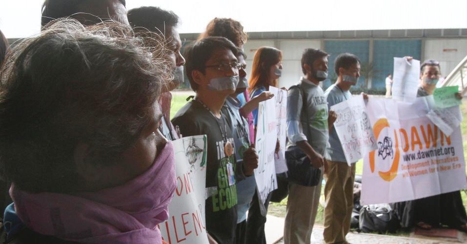 17.jun.2012 - Ativistas da Ásia e Europa tapam boca com fitas simbolizando a falta de espaço durante o Fórum de Desenvolvimento Sustentável realizado na Rio+20, Conferência da ONU sobre Desenvolvimento Sustentável