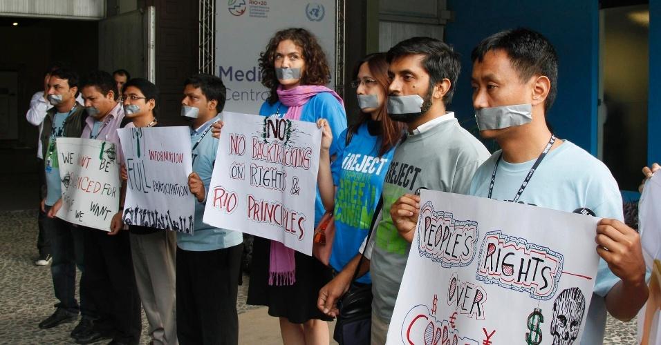 17.jun.2012 - Ativistas protestam contra falta de liberdade durante o Fórum de Desenvolvimento Sustentável realizado na Rio+20, Conferência da ONU sobre Desenvolvimento Sustentável