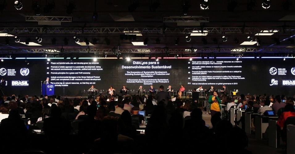 17.jun.2012 - Contestar e propor soluções para os padrões de produção e consumo atuais foi o tema da quarta plenária dos Diálogos para o Desenvolvimento Sustentável, que definirá as recomendações da sociedade civil para os chefes de Estado que participarão da Rio+20, Conferência da ONU sobre Desenvolvimento Sustentável