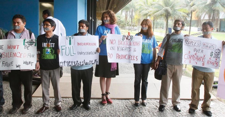 17.jun.2012 - Falta de liberdade no Fórum de Desenvolvimento Sustentável realizado na Rio+20, Conferência da ONU sobre Desenvolvimento Sustentável, leva ativistas da Ásia e Europa a protestarem