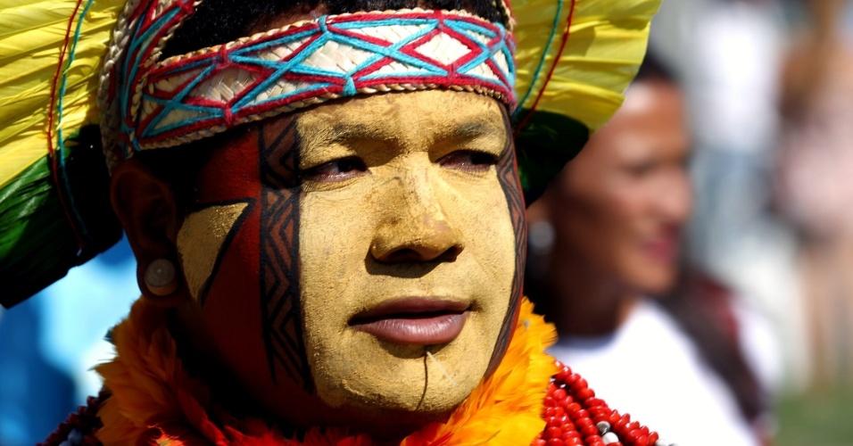 17.jun.2012 - Índio comparece à Cúpula dos Povos, um dos maiores eventos paralelos da Rio+20, Conferência da ONU sobre Desenvolvimento Sustentável