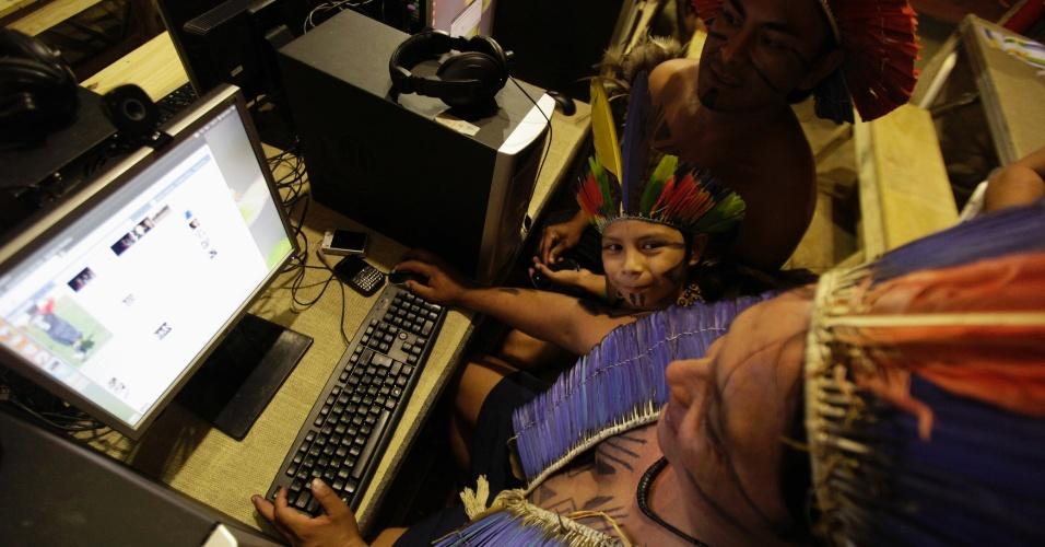 17.jun.2012 - Índios acessam a internet na aldeia Kari-Oca, durante a Rio+20, Conferência da ONU sobre Desenvolvimento Sustentável