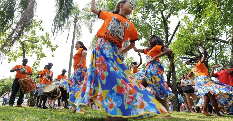 17.jun.2012 - Maracatu se apresenta na Cúpula dos Povos, um dos maiores eventos paralelos da Rio+20, Conferência da ONU sobre Desenvolvimento Sustentável