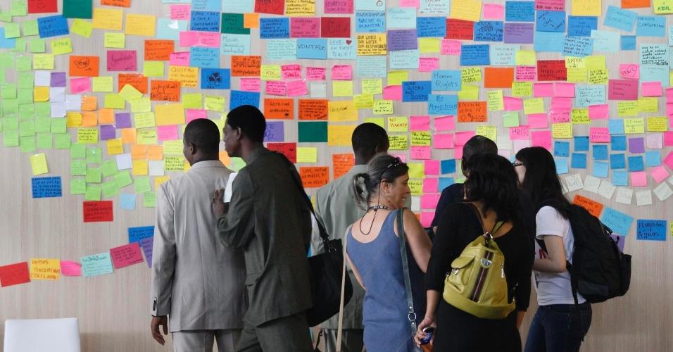 17.jun.2012 - Participantes aguardam início da quarta plenária dos Diálogos para o Desenvolvimento Sustentável, que definirá as recomendações da sociedade civil para os chefes de Estado que participarão da Rio+20, Conferência da ONU sobre Desenvolvimento Sustentável