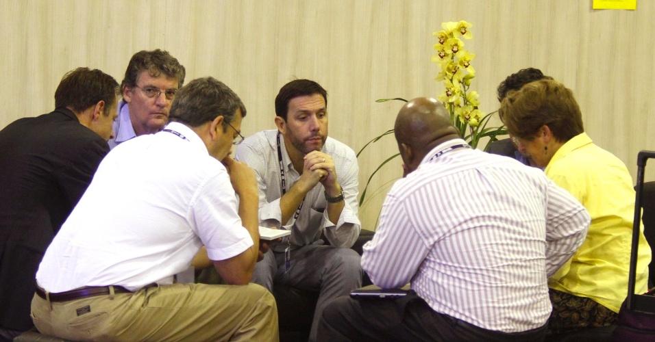 17.jun.2012 - Participantes de Fórum conversam nos intervalos das conferências realizadas na Rio+20, Conferência da ONU sobre Desenvolvimento Sustentável, conversam nos corredores