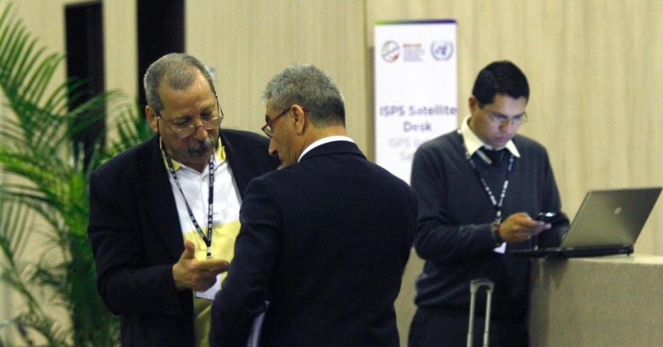 17.jun.2012 - Participantes debatem sobre sustentabilidade nos corredores da Rio+20, Conferência da ONU sobre Desenvolvimento Sustentável