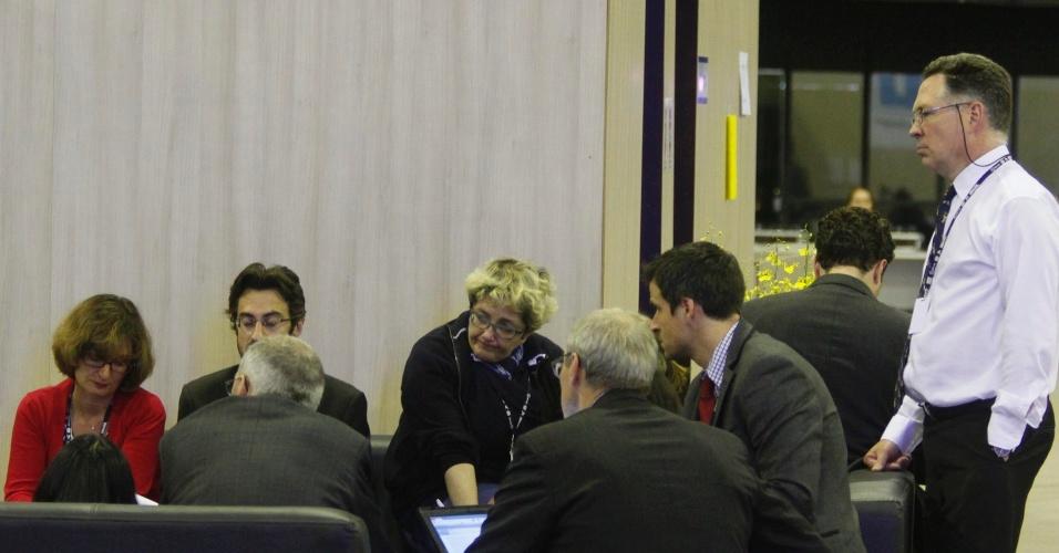 17.jun.2012 - Participantes do Fórum de Desenvolvimento Sustentável realizado na Rio+20, Conferência da ONU sobre Desenvolvimento Sustentável, conversam nos corredores