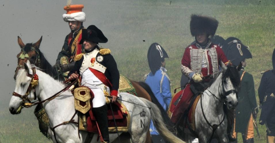 17.jun.2012 - Pessoas vestidas como Napoleão e sua equipe reencenam a Batalha de Waterloo (1815)