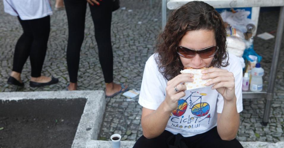 A candidata Maizangela Faustini, 30, aproveita que a prova ainda não começou para comer um lanche. Ela faz vestibular para história da arte