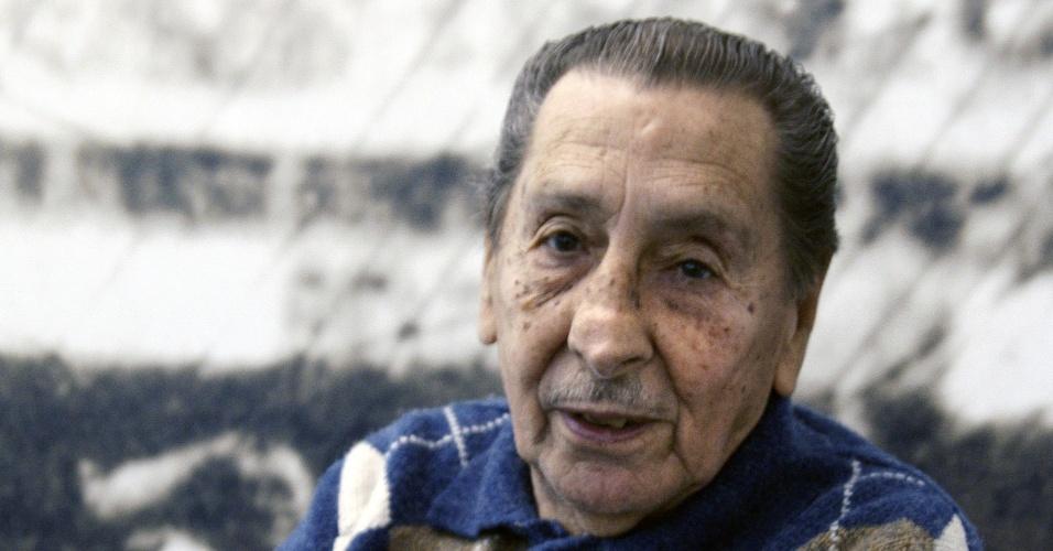 Alcides Ghiggia, ex-jogador do Uruguai, posa à frente de uma foto dele no Maracanã