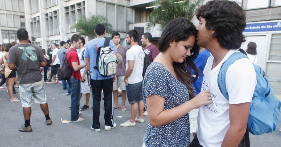 Alexia de Carvalho, 18, faz prova da Uerj (Universidade do Estado do Rio de Janeiro) para engenharia de produção. Na foto, ela se despede namorado Igor Oliveira, 19