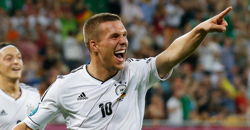 Atacante alemão Lucas Podolski comemora seu gol na partida contra a Dinamarca, pela última rodada do Grupo B da Eurocopa; no final, vitória alemã por 2 a 1