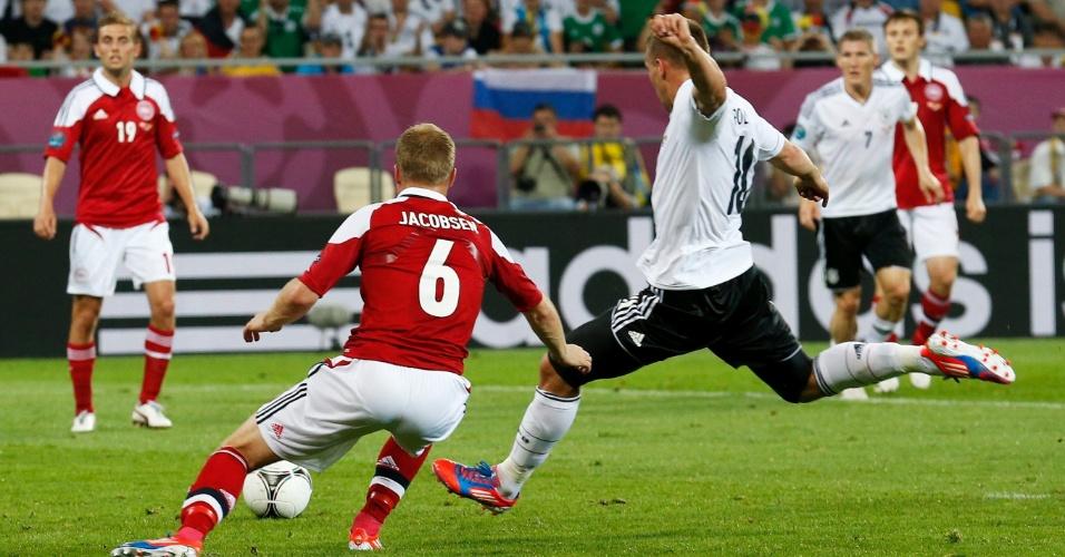 Atacante alemão Lucas Podolski finaliza para abrir o placar na partida contra a Dinamarca, pelo Grupo B da Eurocopa; no final, vitória alemã por 2 a 1