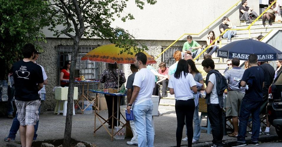 Candidatos aguardam abertura dos portões para entrar no local de prova do vestibular 2012 de inverno da PUC-SP (Pontifícia Universidade Católica de São Paulo). O exame acontece das 13h às 18h. Após as 19h30, o UOL Vestibular terá a correção online das provas