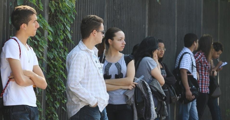 Candidatos aguardam para entrar no local de prova do vestibulinho 2012 de inverno das Etecs (Escolas Técnicas Estaduais de São Paulo). O exame será realizado a partir das 13h30. São Esperados mais de 163 mil candidatos