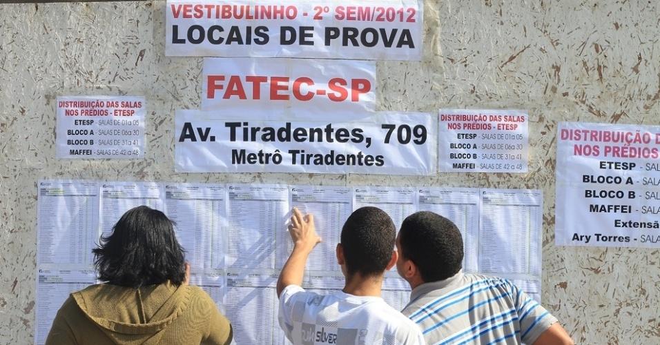 Candidatos conferem nome na lista do vestibulinho 2012 de inverno das Etecs (Escolas Técnicas Estaduais de São Paulo). O exame será realizado a partir das 13h30. São Esperados mais de 163 mil candidatos