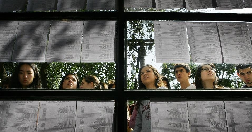 Candidatos conferem nomes nas listas do local de prova do vestibular 2012 de inverno da PUC-SP (Pontifícia Universidade Católica de São Paulo). O exame acontece das 13h às 18h. Após as 19h30, o UOL Vestibular terá a correção online das provas