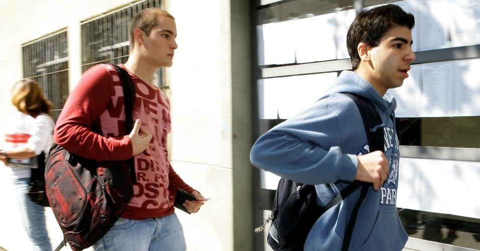Candidatos correm para chegar no horário para a prova do vestibular de inverno da PUC-SP (Pontifícia Universidade Católica de São Paulo). Os candidatos foram orientados a chegar ao local até as 12h45, porém a entrada só foi proibida a partir das 13h