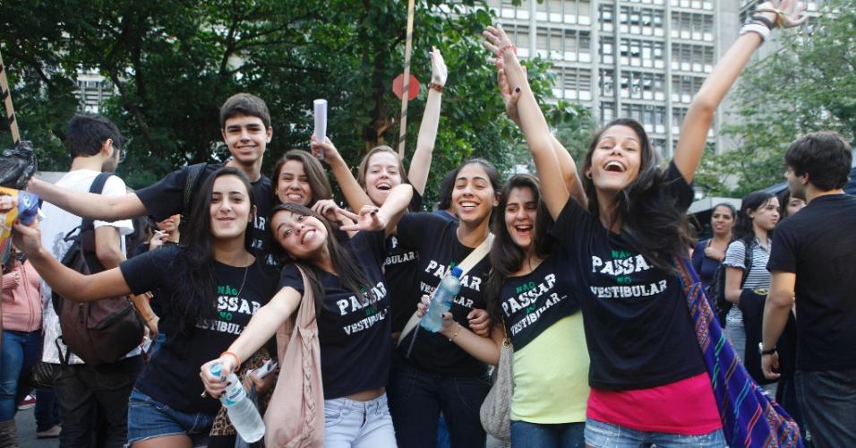 Candidatos de um cursinho pré-vestibular mostram animação momentos antes da prova da Uerj (Universidade do Estado do Rio de Janeiro)