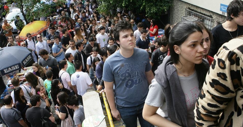Candidatos entram no local de prova do vestibular 2012 de inverno da PUC-SP (Pontifícia Universidade Católica de São Paulo). O exame acontece das 13h às 18h. Após as 19h30, o UOL Vestibular terá a correção online das provas