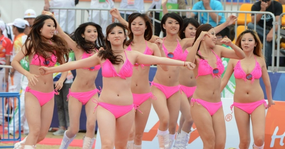 Cheerleaders chinesas apresentam-se durante partida de basquete de praia do terceiro Jogos Asiáticos de Praia